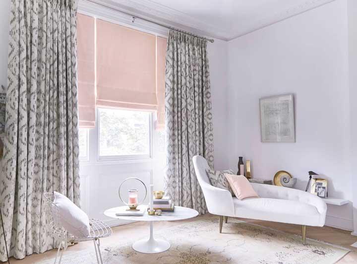 Que tal usar o mesmo tecido da cortina para fazer as almofadas?