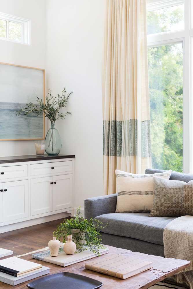 Cortina para sala simples, mas com uma faixa central em outra cor para criar uma pequena diferenciação