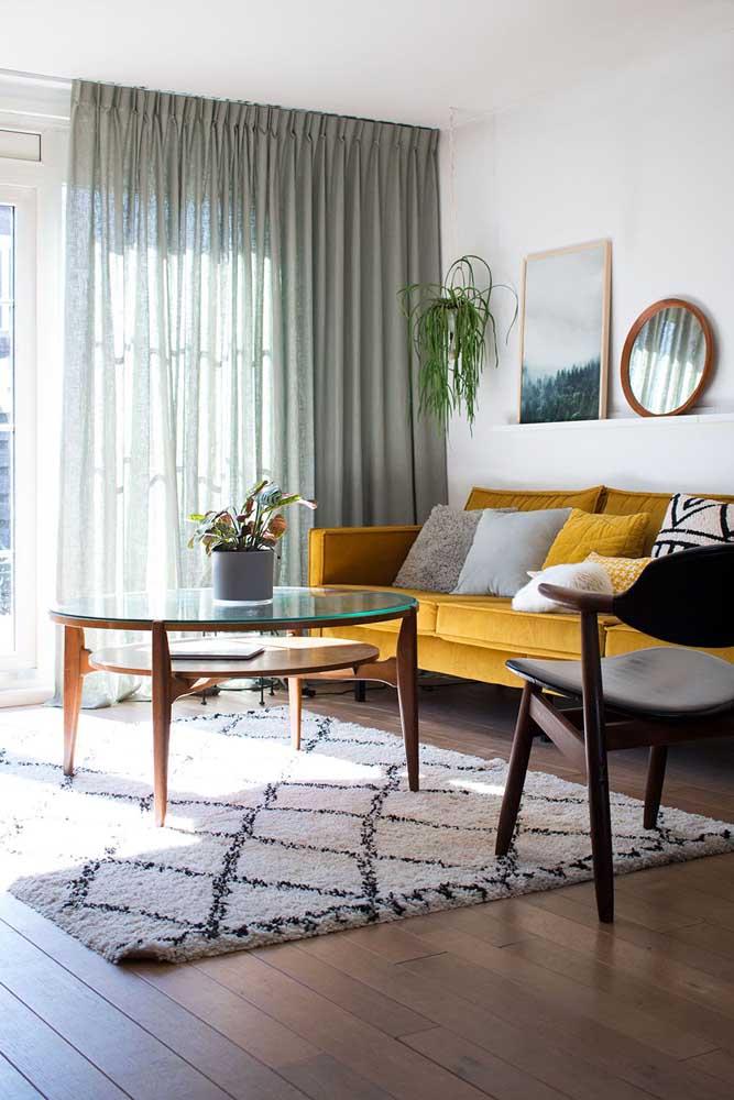 Para quem deseja fugir do branco, uma boa opção são as cortinas para sala cinza, a cor é neutra e ainda imprime um toque de conforto ao ambiente