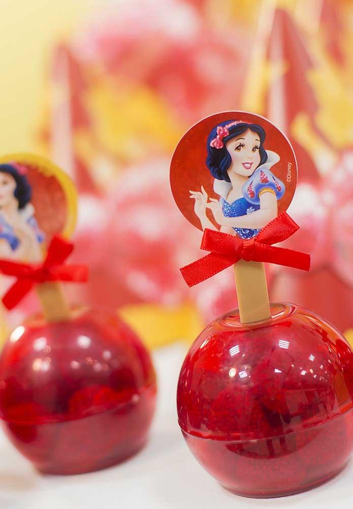 Use e abuse de itens no formato da maçã para servir as guloseimas da festa e decorar o espaço.