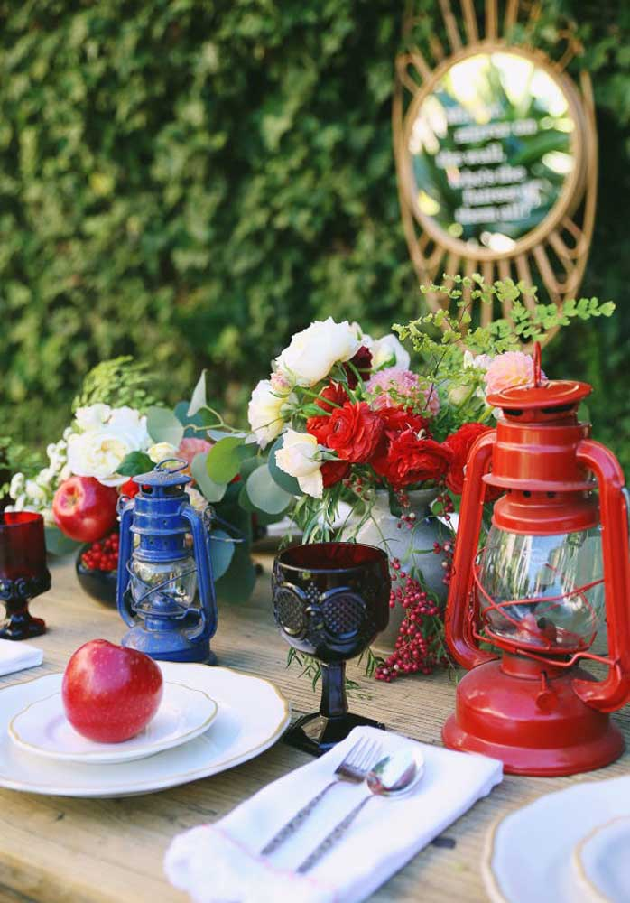 Capriche na escolha dos elementos que devem compor a decoração da mesa. Para isso, escolha objetos mais antigos.