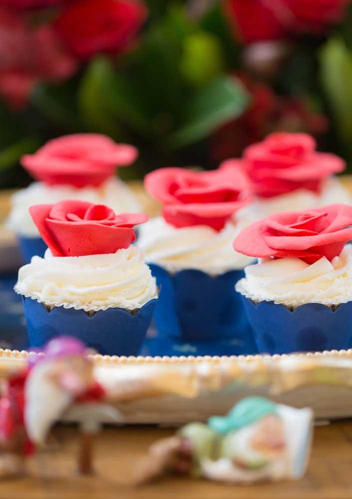 Olha que rosa linda para colocar no topo do cupcake Branca de Neve. Ficou super delicado.