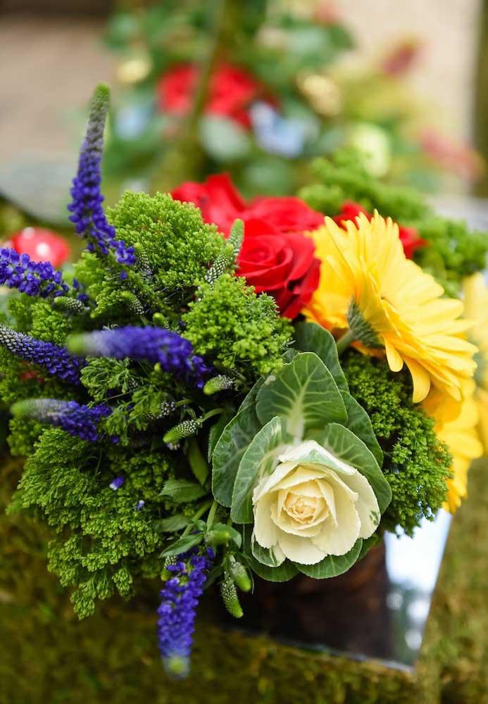 Aposte em belos arranjos de flores para fazer uma festa Branca de Neve luxo e deixar os convidados de queixo caído.