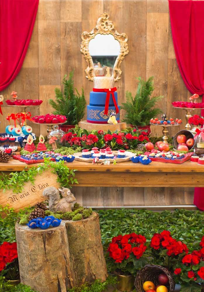 Olha que festa Branca de Neve luxo para inspirar você na hora de preparar o aniversário da sua filha.