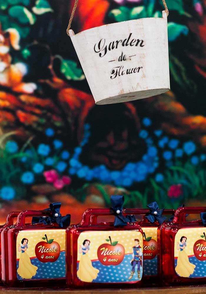 Na festa Branca de Neve simples você pode usar a embalagem no formato de maletinha para entregar as lembrancinhas.