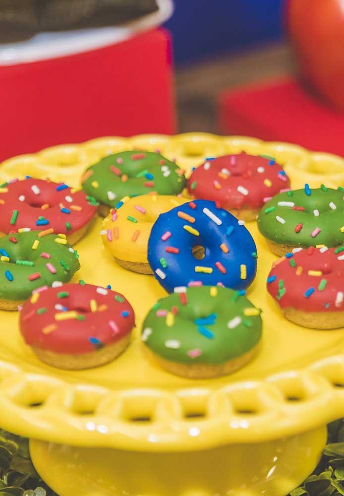 Que tal fazer doces no estilo Donuts para servir aos convidados, mas decore com as cores que fazem parte da cartela do tema.