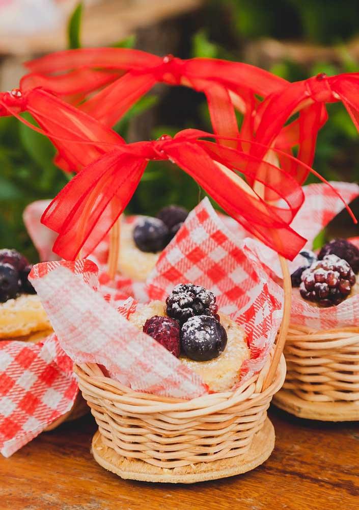 O que acha de preparar uma cestinha com a sobremesa da festa para servir os convidados de forma individual?