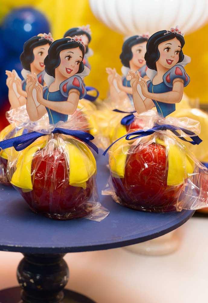 Que tal servir maçã caramelizada para os convidados. Aproveite para personalizar com a Branca de Neve.