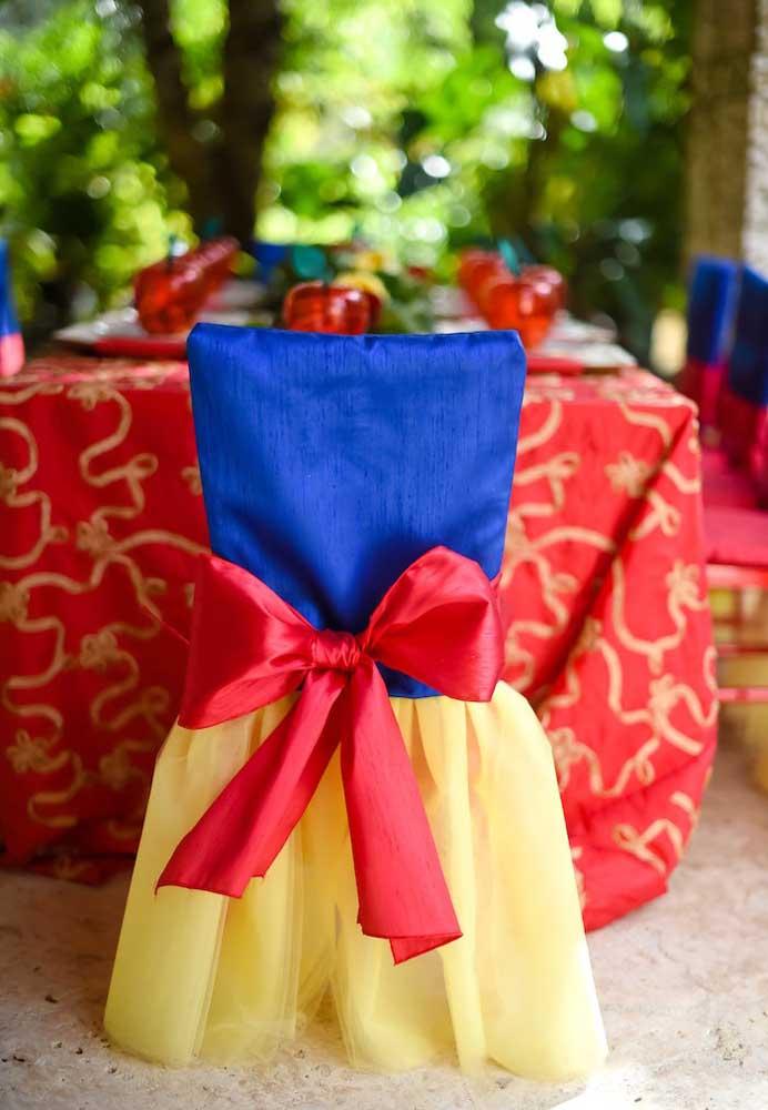 O que acha de decorar as cadeiras da festa com as cores que lembram o traje da Branca de Neve?