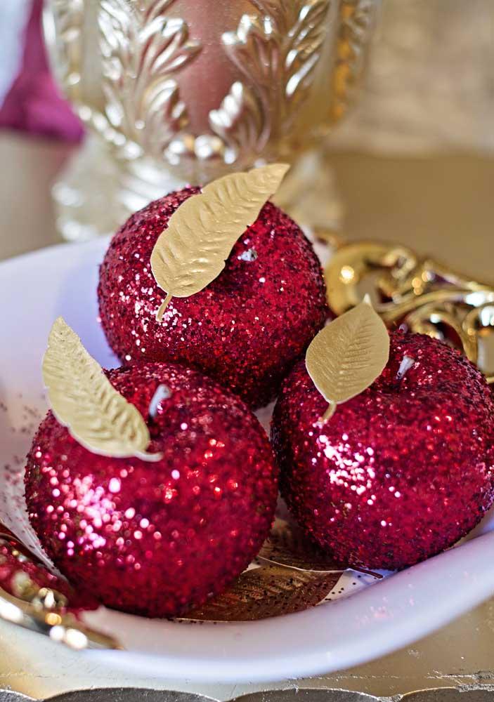 Que tal encher de brilho a maçã para deixar a festa Branca de Neve um luxo só?