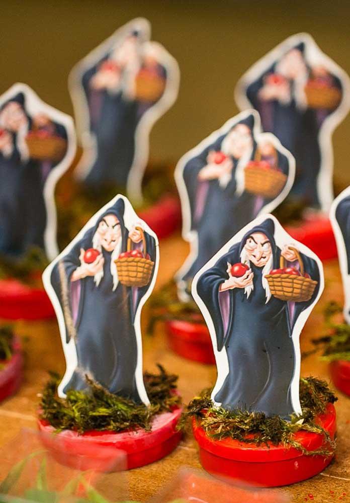 Mesmo ela sendo má, a Bruxa tem que fazer parte da decoração da festa Branca de Neve.