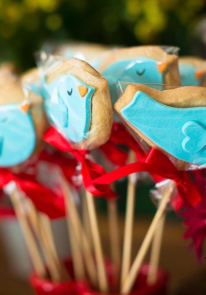 Que tal fazer alguns biscoitos no formato de elementos decorativos do tema Branca de Neve?