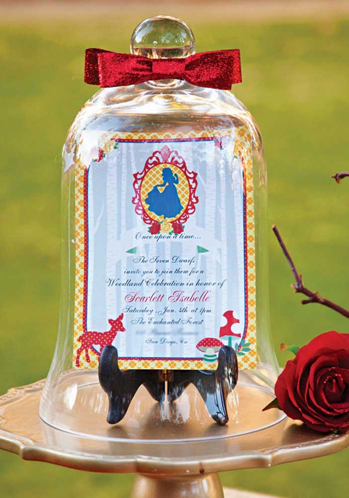 Olha que ideia mais delicada e sofisticada para apresentar o aniversário Branca de Neve?