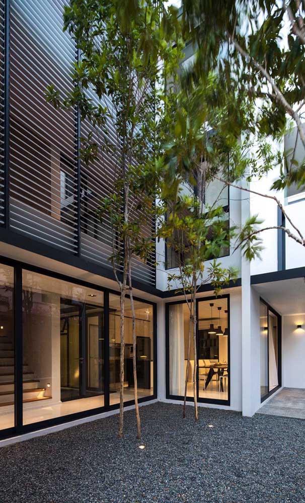 As grades estilo persiana permitem a regulação da luz que entra no interior da casa