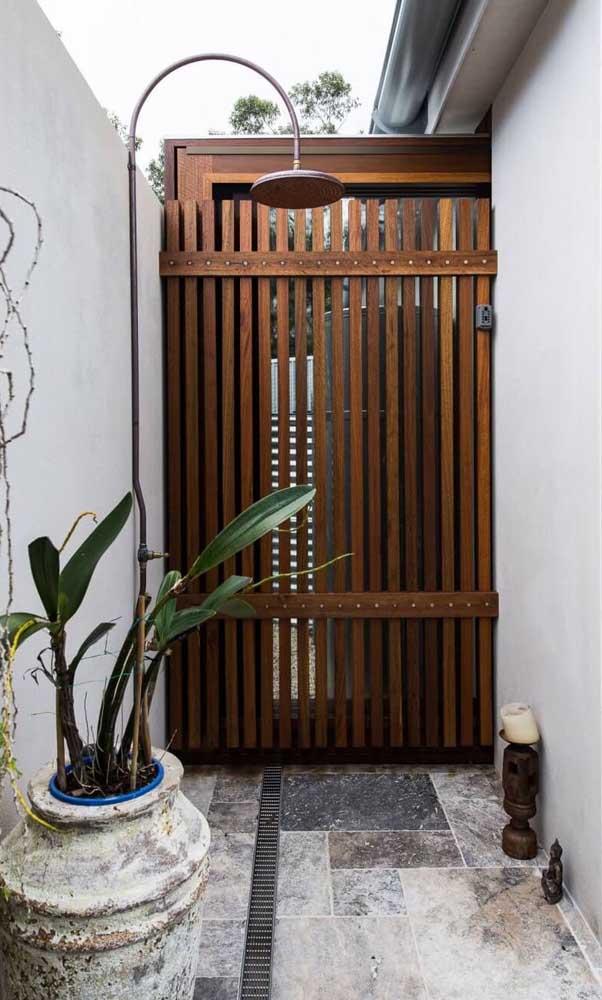 Grade de madeira para a porta de entrada; opção mais aconchegante na fachada da casa