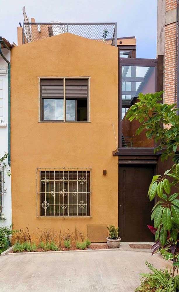 Essa casinha charmosa optou por um modelo de grade de ferro com arabescos