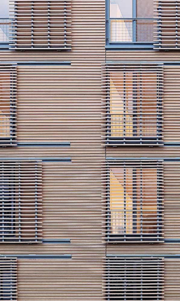 Na fachada desse prédio, a opção foi por grades de madeira móveis