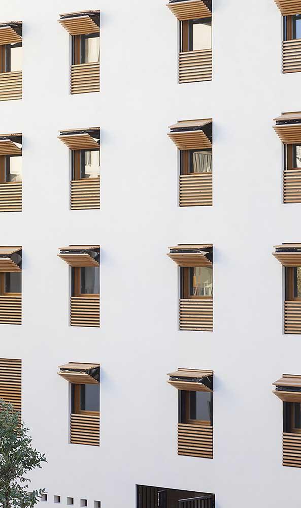 Nessa outra fachada de prédio, as grades também são móveis, mas contam com uma abertura diferenciada