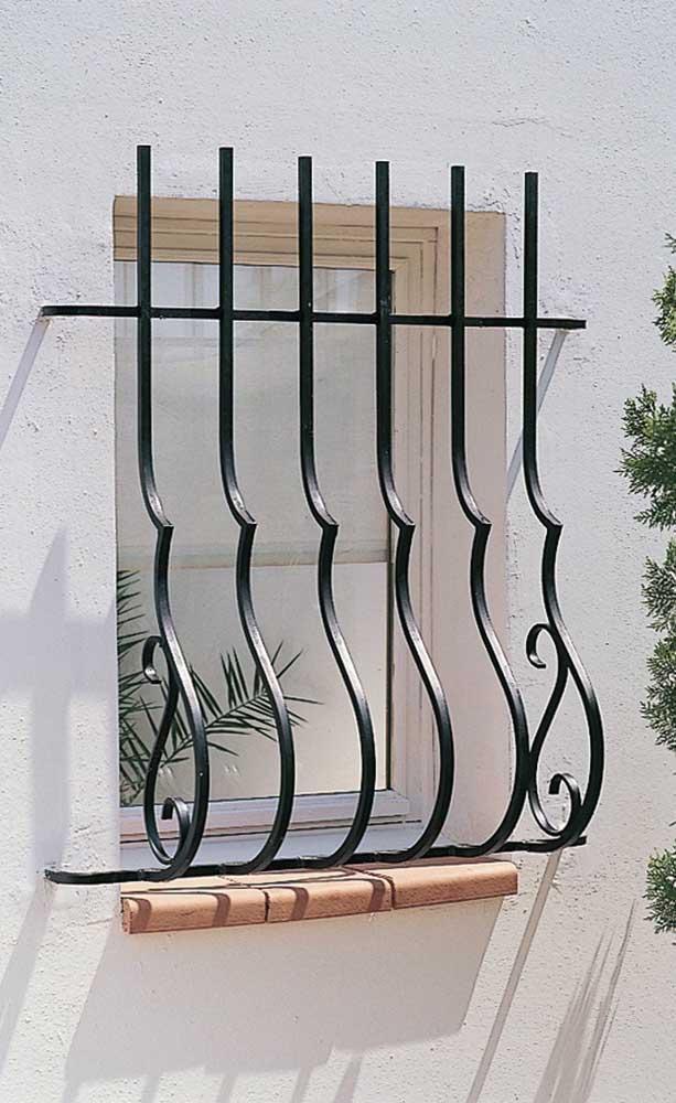 O formato arredondado da grade de ferro evidencia um projeto romântico e retrô