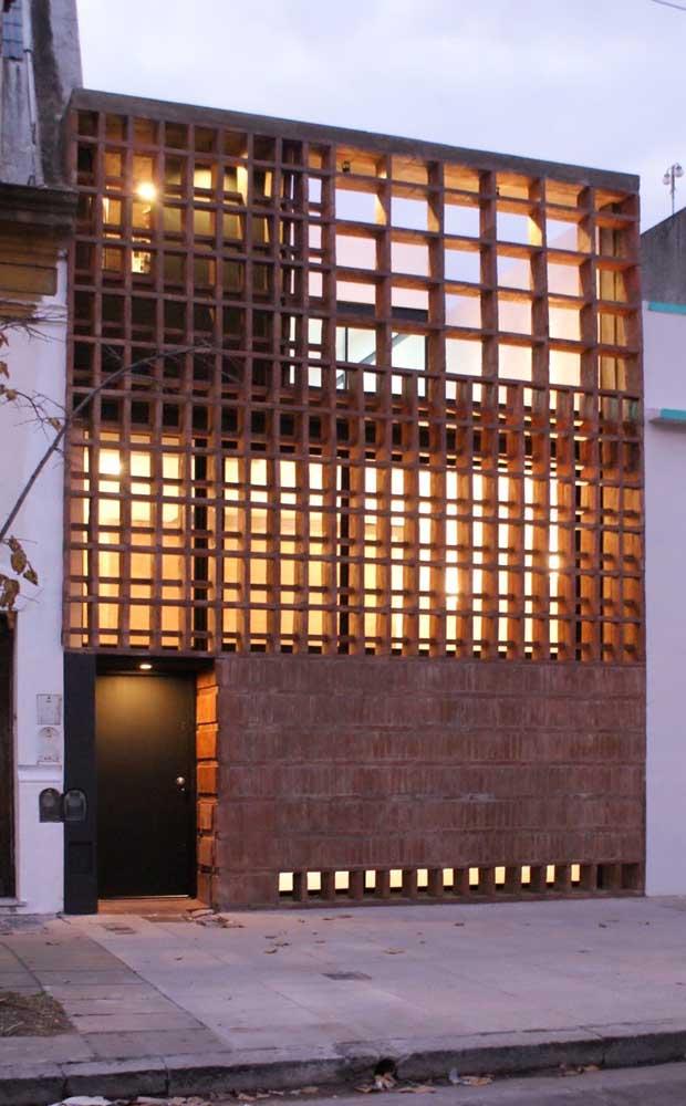 Essa fachada super contemporânea trouxe grades de madeira para compor o projeto