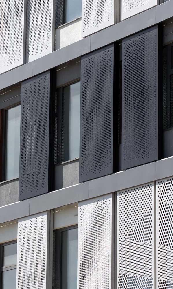Olha o efeito lindo que essas chapas metálicas perfuradas criaram na fachada do prédio, super estético e original