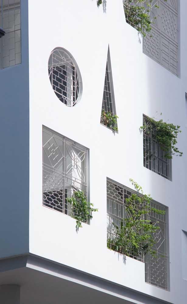 Formas e desenhos inusitados acompanham as grades e os vãos dessa fachada