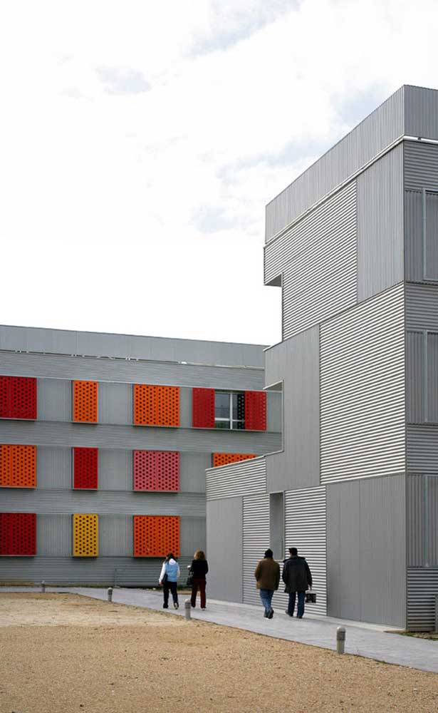 E por falar em cor, olha só esse prédio! O cinza que compõe a fachada não colocou impedimentos para as grades multicoloridas
