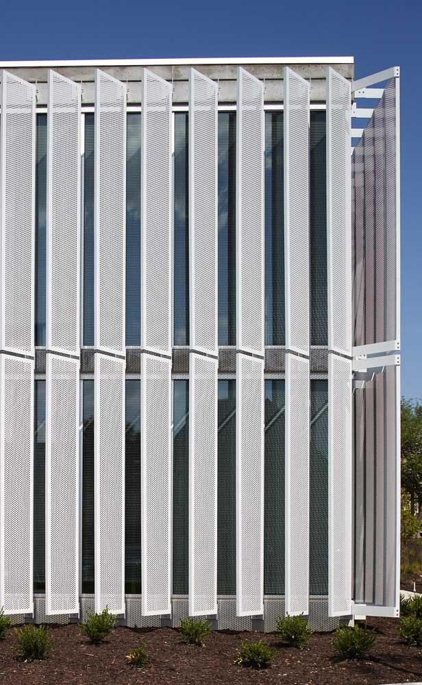 As grades móveis dessa fachada ganharam uma pintura branca para se destacarem