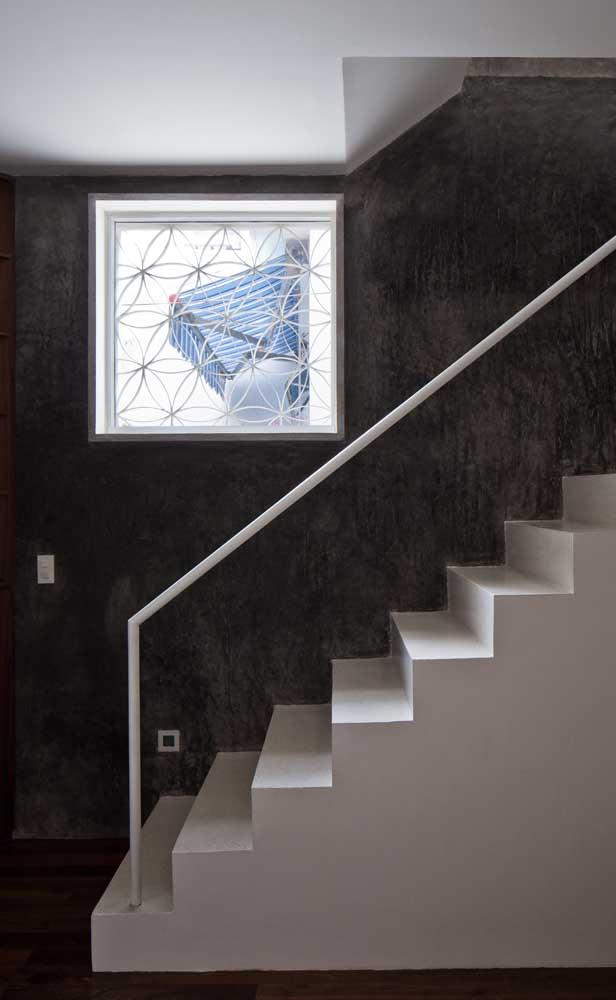 A abertura na parede foi protegida pela grade de ferro desenhada