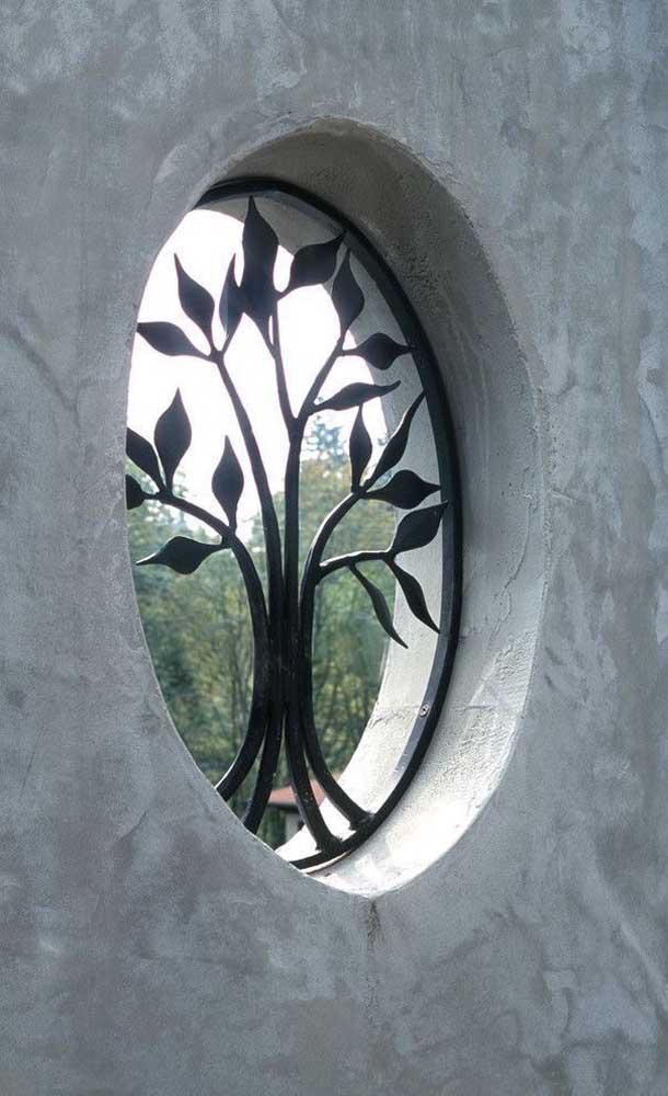 Incrível essa grade em formato de árvore! Desenhos assim só são possíveis em grades de ferro
