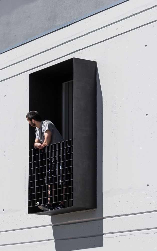 Essa varanda de apartamento super moderna contou com uma grade de ferro quadriculada para servir como guarda corpo