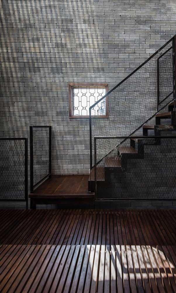 Uma grade pequena para cobrir o vão, mas que consegue ocupar seu espaço estético no projeto