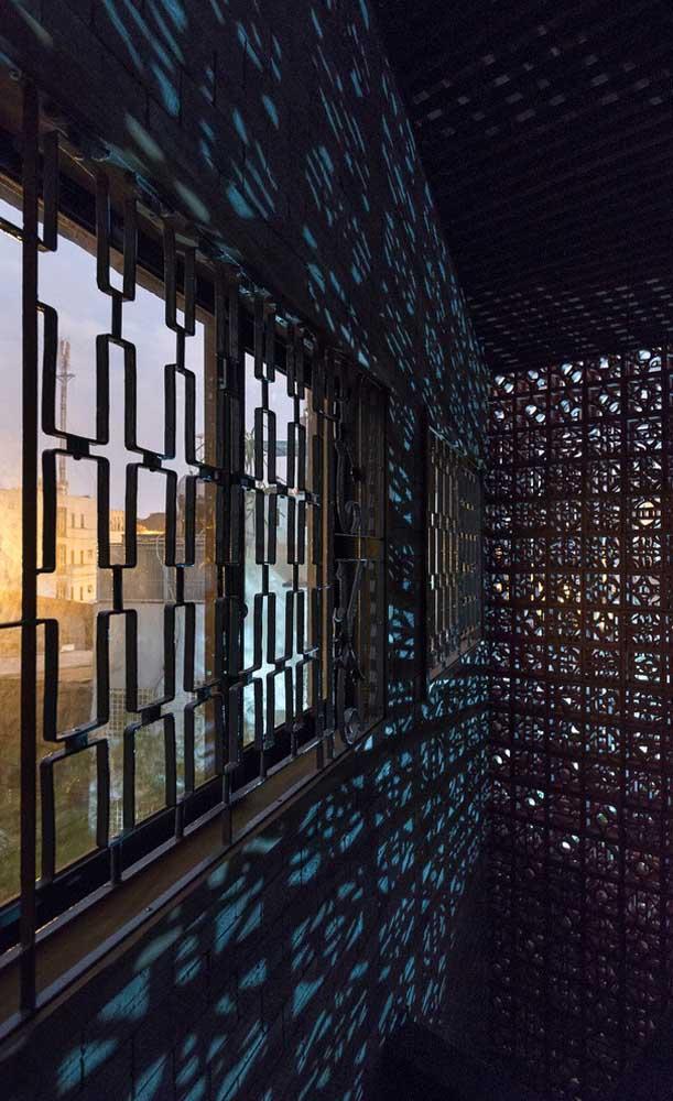 A união entre grades e cobogós criou um lindo espetáculo visual de luzes e sombras nesse ambiente