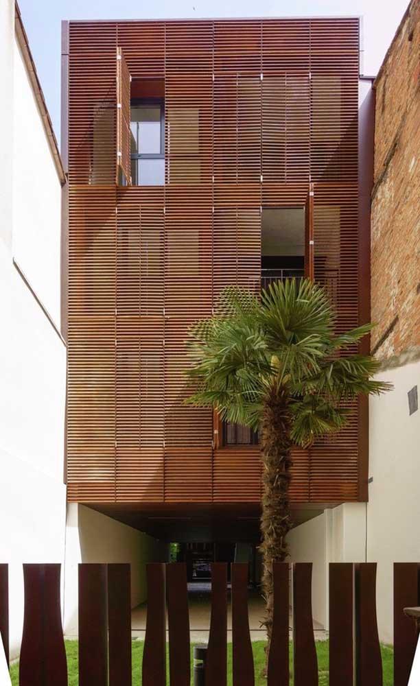 Nessa fachada, as grades móveis se revezam com as grades fixas