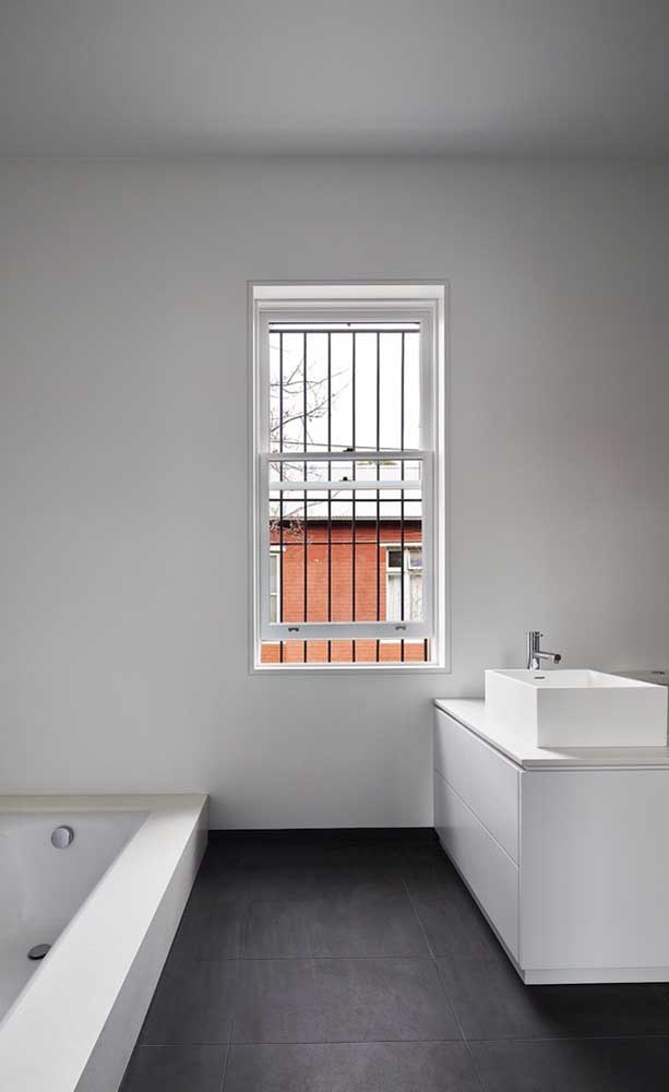 Grade simples de ferro para a janela do banheiro