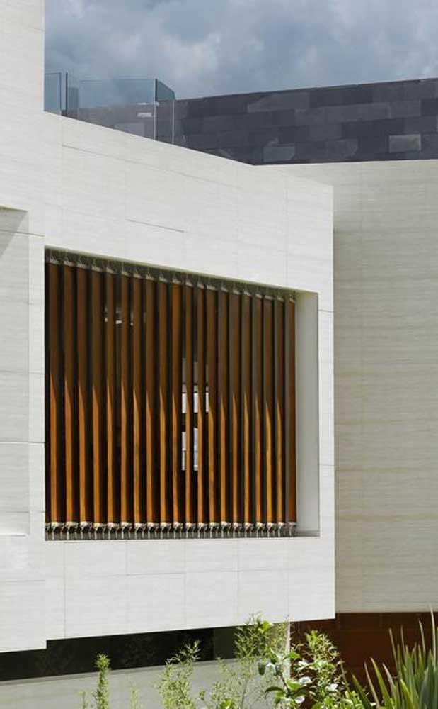 Parece uma persiana, mas é uma grade de madeira
