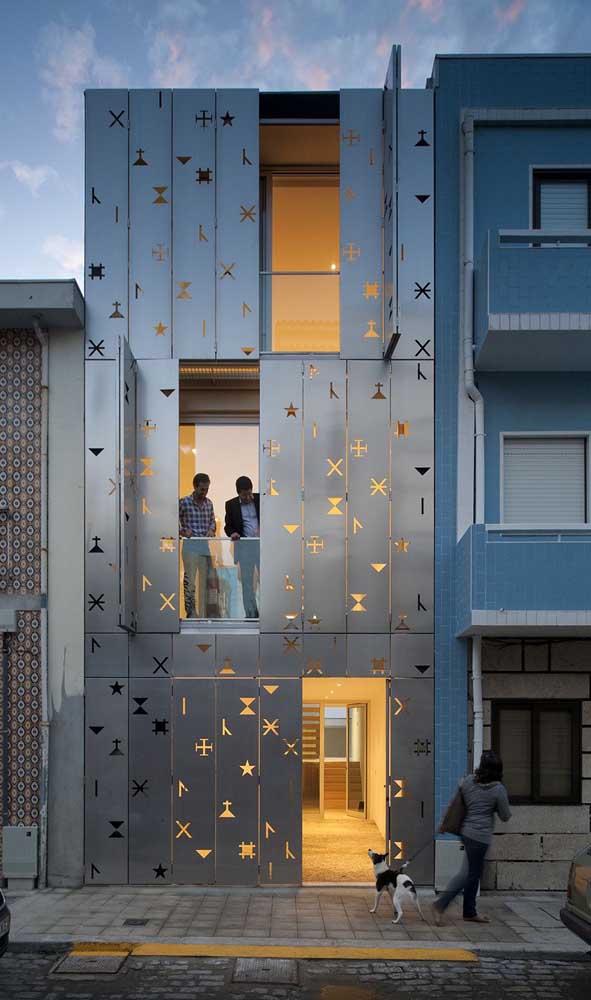 Olha que projeto interessante de grade para janela: as placas metálicas ganharam desenhos vazados que, na presença da luz, formam um cenário lindo