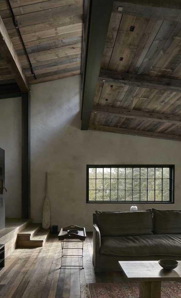 Essa casa rústica apostou em uma grade de ferro simples, muito bonita e completamente funcional