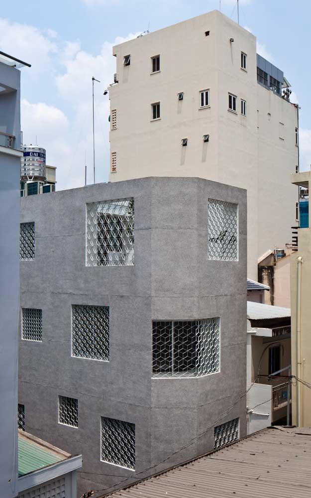 Grades de ferro em diferentes formatos para proteger e embelezar a fachada dessa casa sobrado