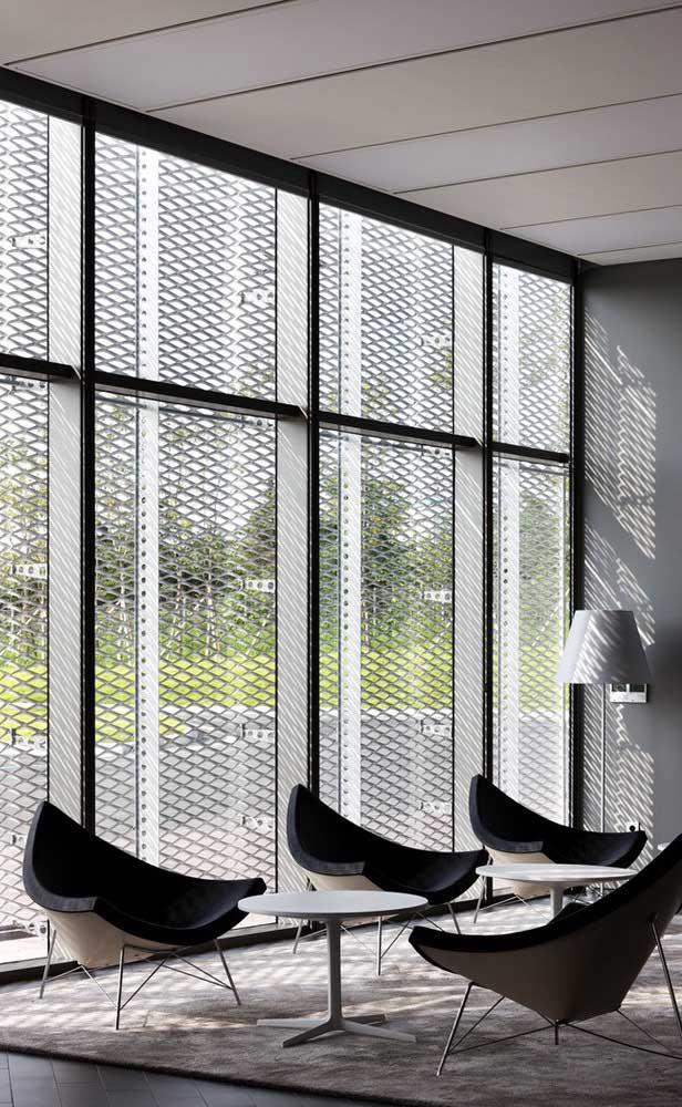 As grades dessa ampla janela protegem o interior da casa, além de oferecerem um lindo espetáculo de luz e sombra