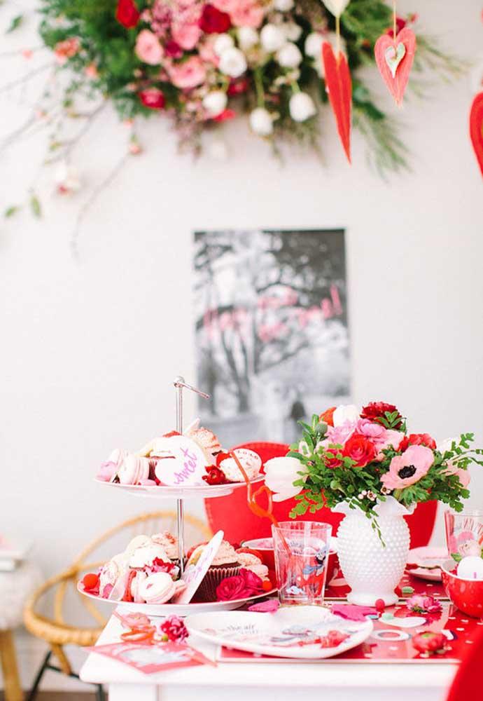 Uma mesa cheia de amor e guloseimas no dia dos namorados.