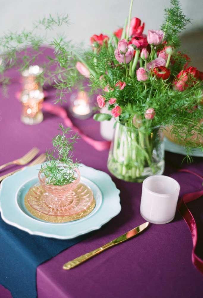 Coloque um arranjo de flores delicado na mesa de jantar.