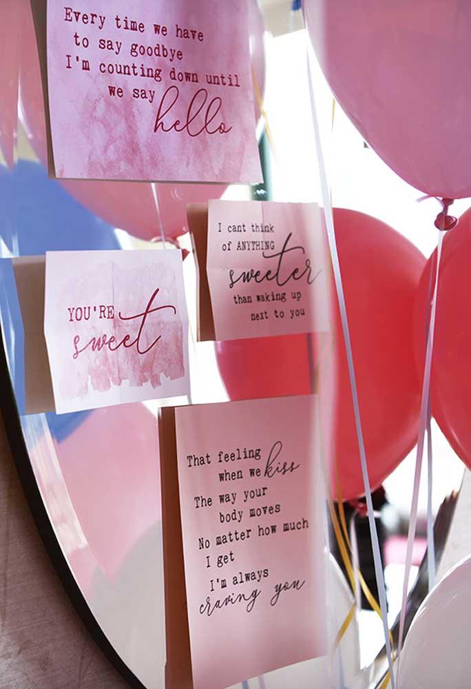 O que acha de fazer uma surpresa para namorado colocando várias mensagens no espelho de casa?