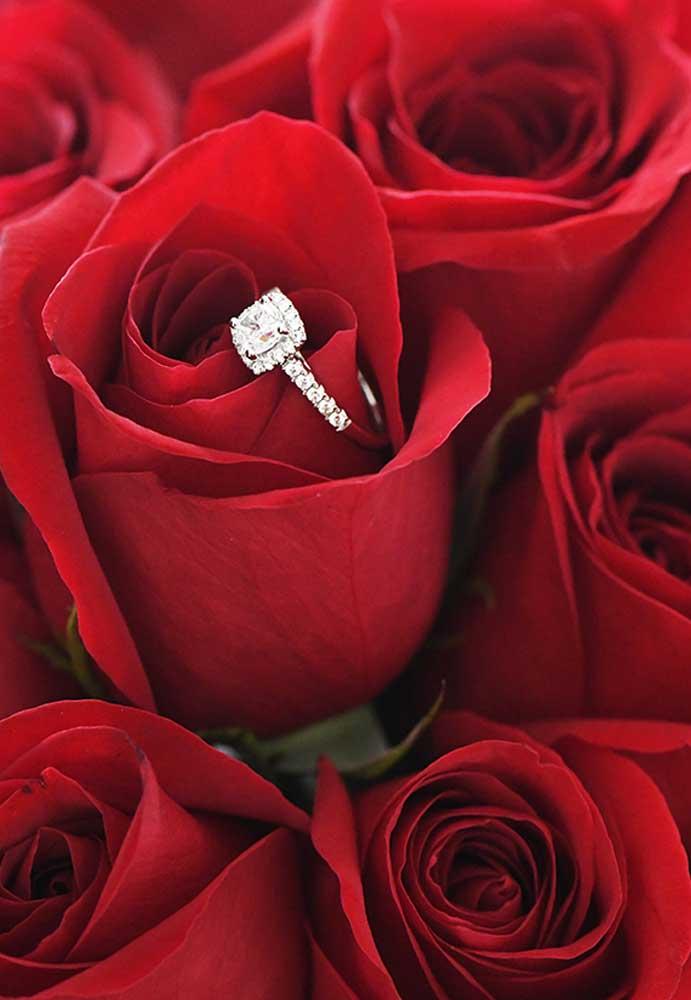 Aproveite o buquê de rosas vermelhas para esconder o verdadeiro presente dia dos namorados.