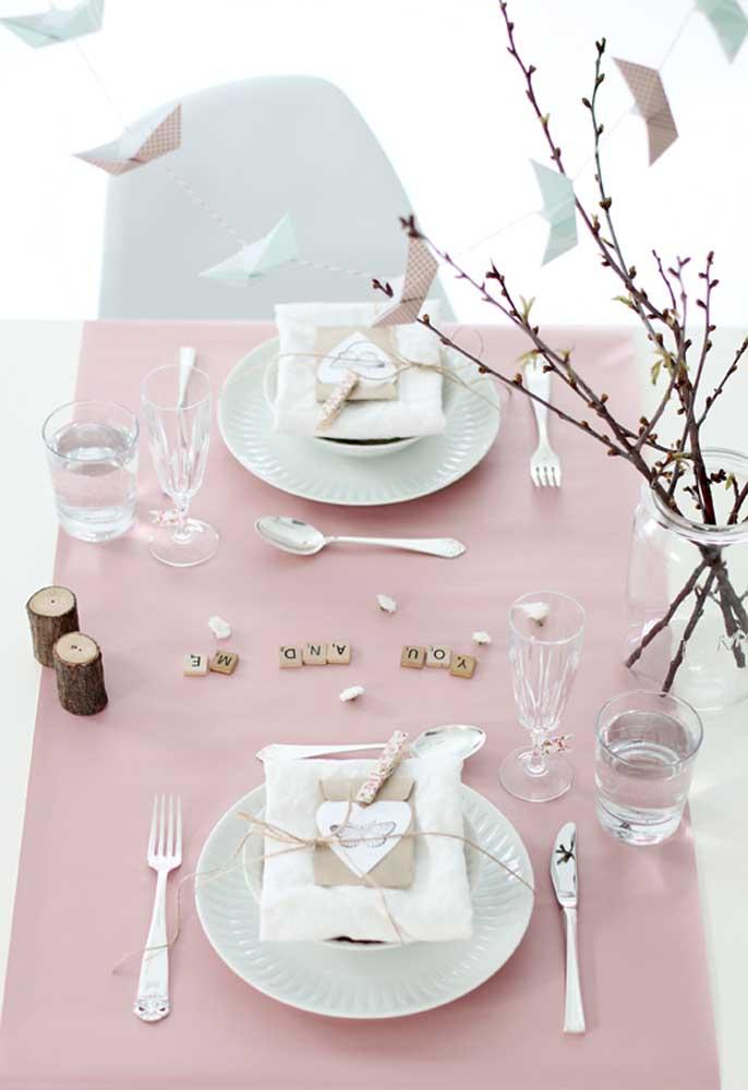 No dia dos namorados faça uma decoração inspiradora na mesa de jantar.