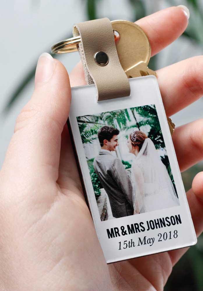 Um chaveiro personalizado é um ótima ideia para dia dos namorados.