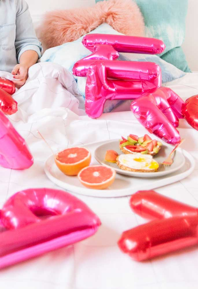 Comidinha e balões para acordar o seu amor no dia dos namorados.