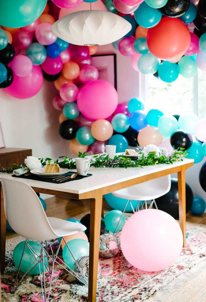 Balões desconstruídos para decorar no dia dos namorados.