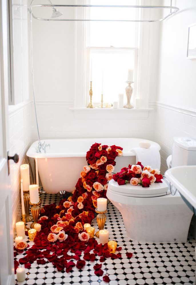 Espalhe pétalas de rosas vermelhas na banheira para receber seu amor.