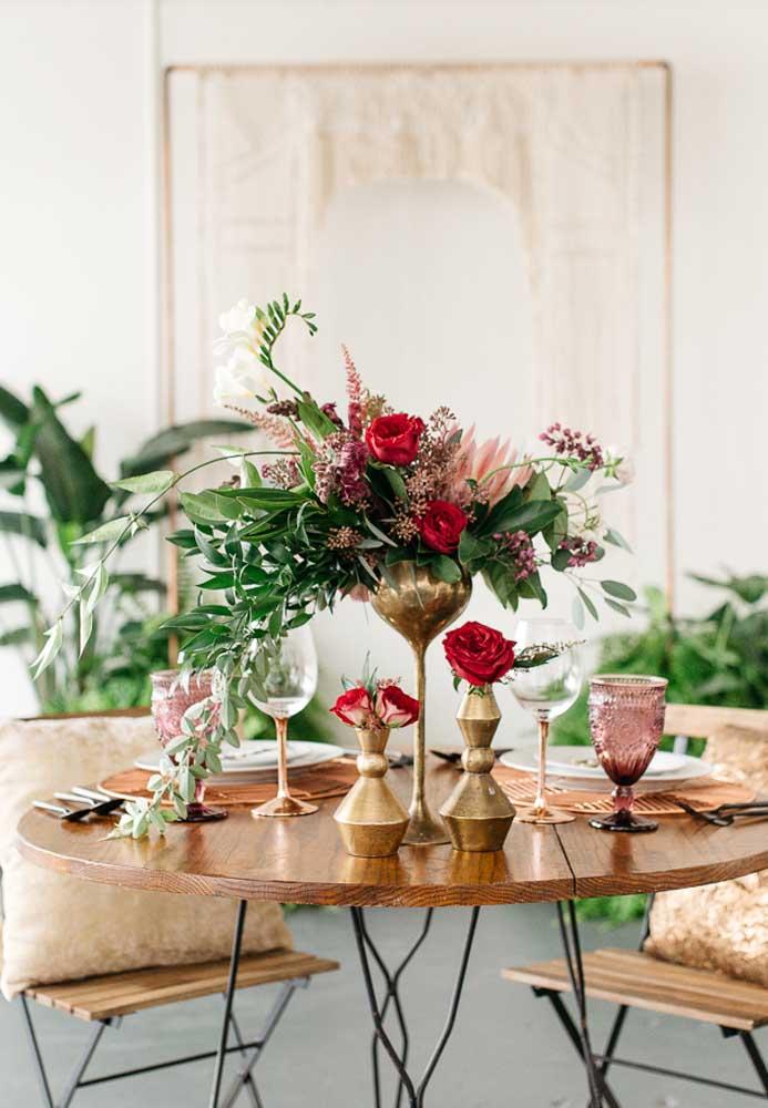 Quer fazer uma bela decoração dia dos namorados? Capriche no arranjo de flores.